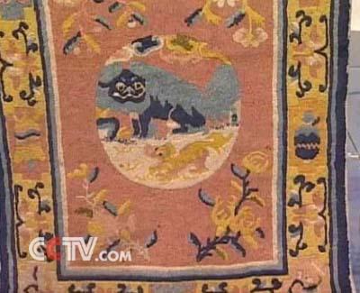 由宁夏地区编织的手工栽绒地毯,地毯在图案装饰上呢,主要是选用动物纹
