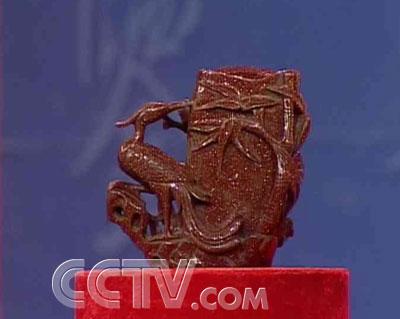 藏品整体为松树造型,旁边为一只凤凰鸟,寓意富贵吉祥.