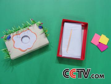 材料:空纸盒,筷子,彩色卡纸,皱纹纸    制作过程:    1,做池塘
